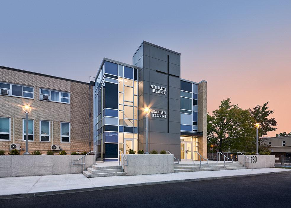 Un bâtiment qui met en valeur à la fois la nature environnante et le caractère du paysage urbain.